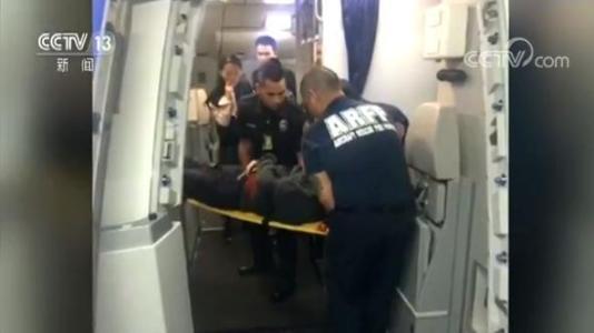航班备降救人遭吐槽:是对社会道德理念的底线式挑战
