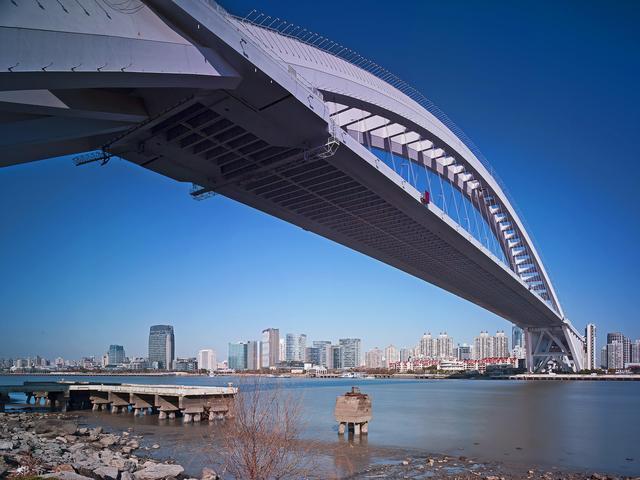 越南最牛的桥,由两只手托起,150米造价130亿,只为观赏!