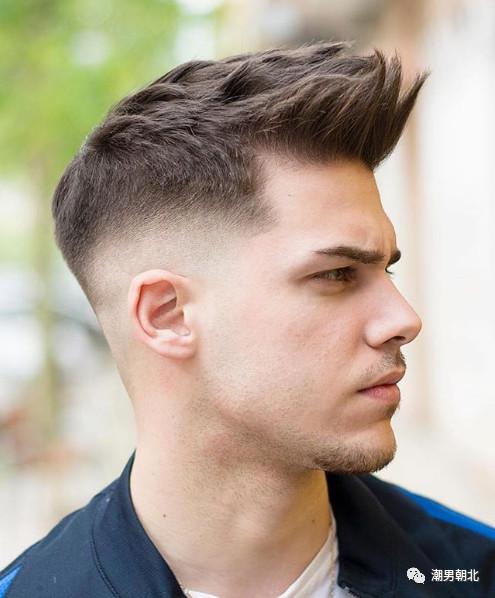 年龄偏小的男生一般不会剪露额头的发型,一款锅盖头发型就尤其适合了