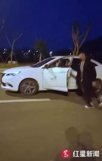 为拍短视频当网红,男子驾车过程中竟然跳车了!车子20秒无人驾驶…