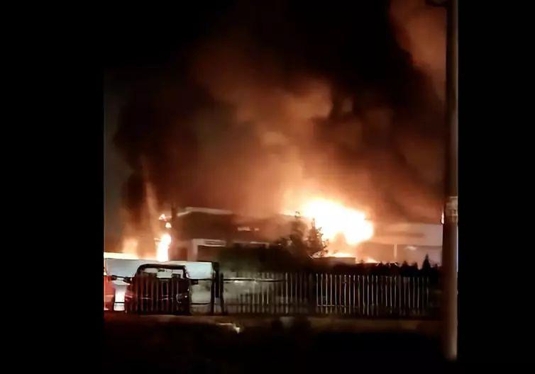 山东日照宝沃4S店起火旁边雪铁龙4S店被殃及