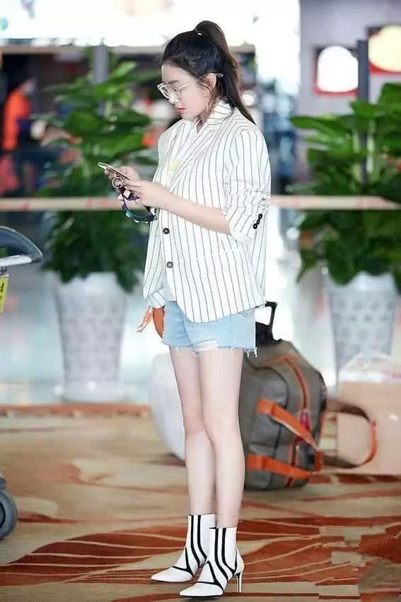 秦岚牛仔短裤配短靴,她的秋季时尚穿搭与众不同,需要勇气!