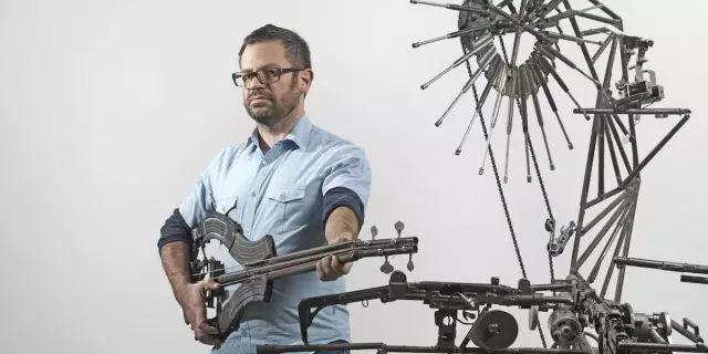 他从黑手党手中抢了八千多把枪制成乐器,竟征服了全世界…-華夏娛樂360