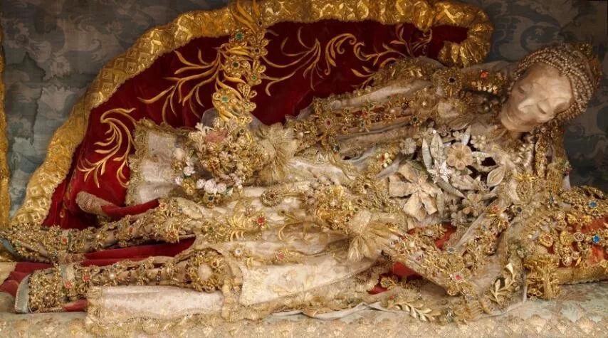 全世界最土豪的尸骨,全身镶满珍珠宝石,还受万人敬仰