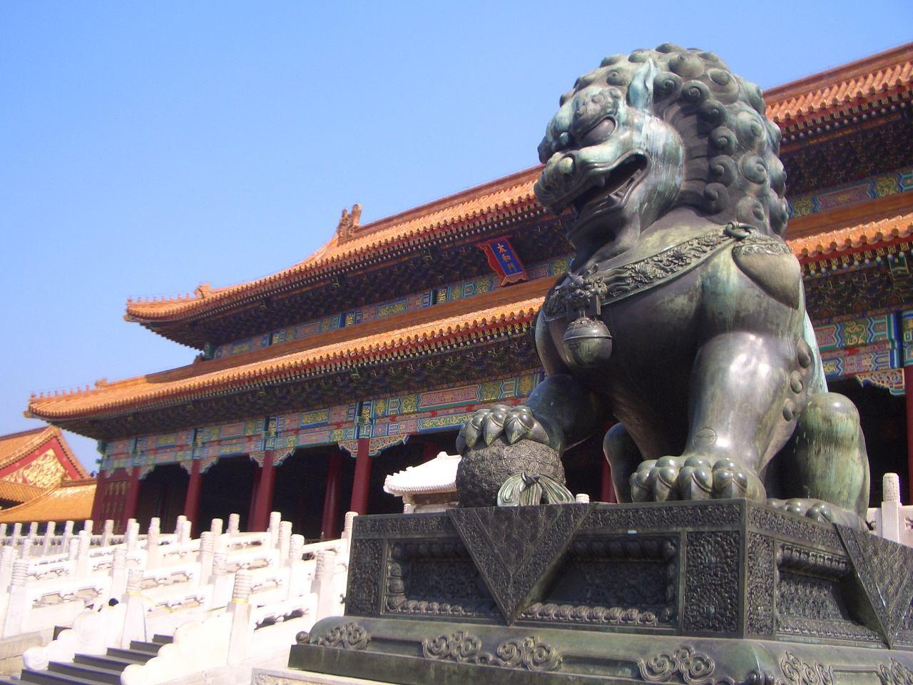 日本女孩游北京故宫,看到墙上一幅名画,大笑称:这不就是我吗?