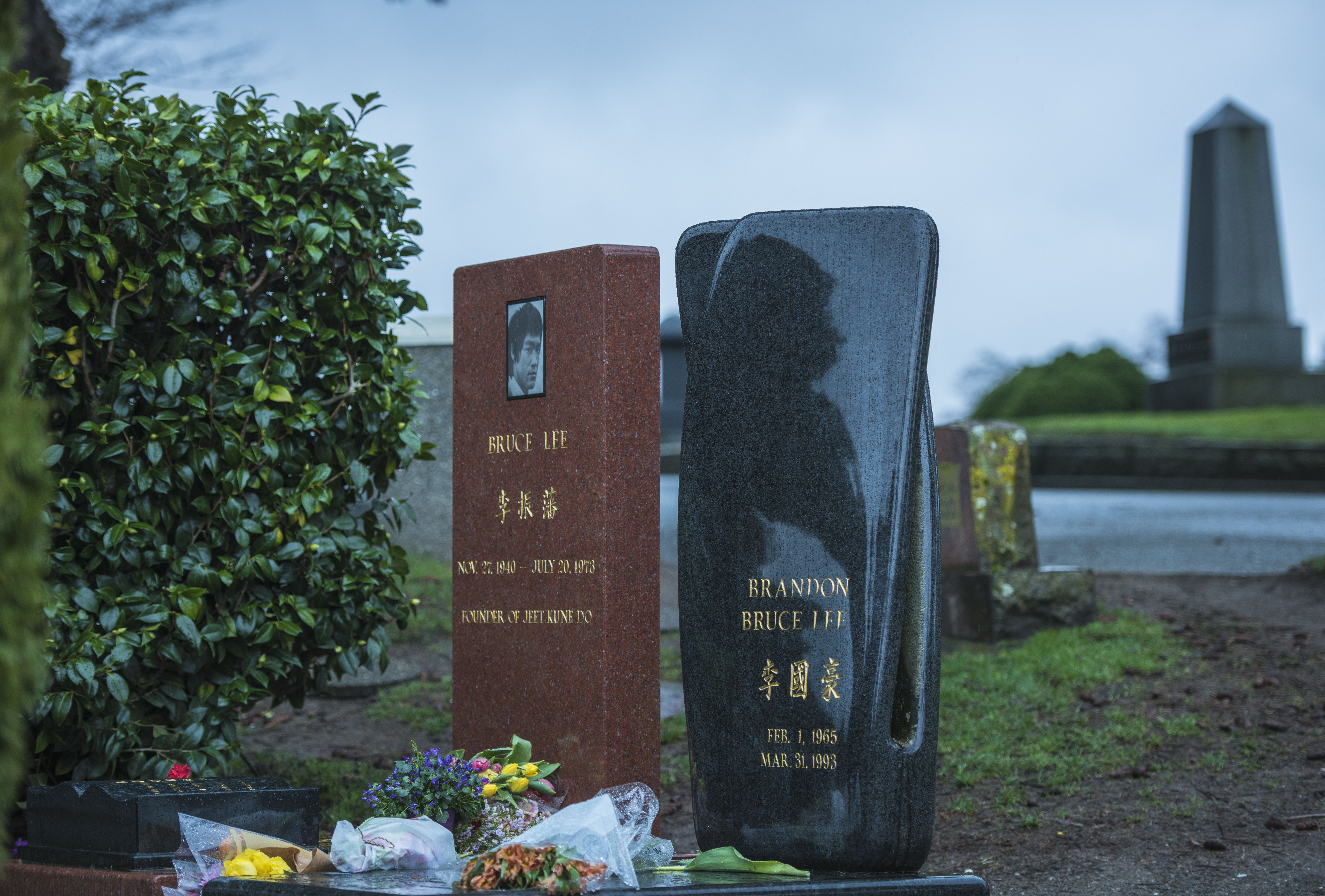 李小龙的墓地里居然合葬的还有一个人,而且还不是他的妻子