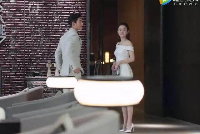 赵丽颖穿白色晚礼服有多美?林浅让人眼前一亮,鱼尾长裙似天使!图片