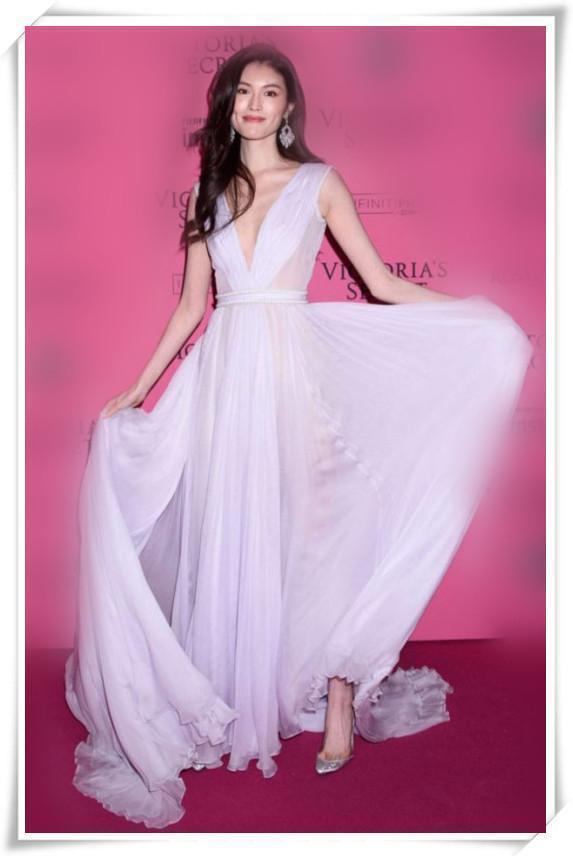 当何穗张钧甯同穿深V白纱裙,终于见识了性感的最高级别!