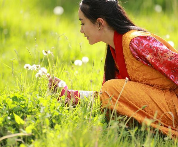 在藏区看到姑娘蹲在地上,向你羞涩招手,为什么不能过去搭讪?