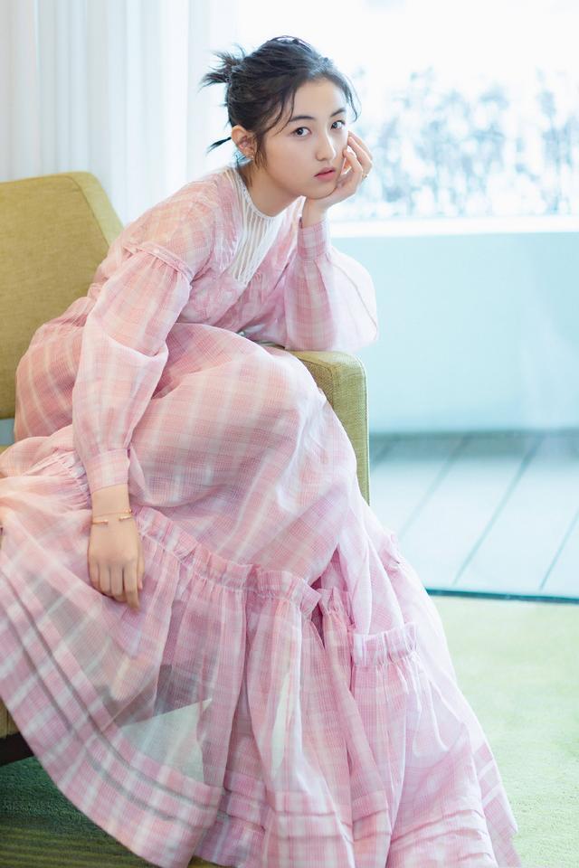 張子楓紅毯造型終于美了,粉色格紋裙配馬尾辮,屬于17歲的自然美