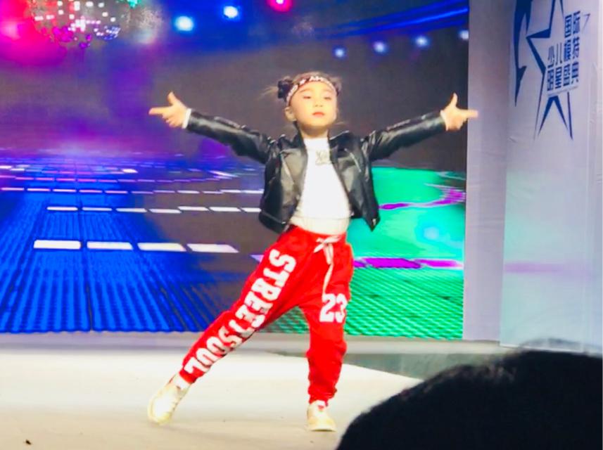 张茜怡荣获2019第四届国际少儿模特大赛明星盛典威海总决赛亚军.