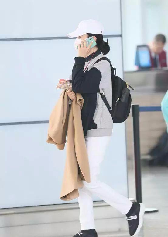 周涛50岁,鲁豫48岁,同样是机场秀,差距却如此尴尬!