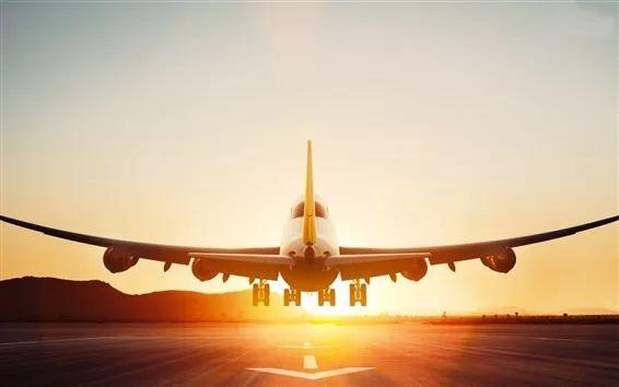 波音747-8飞机起飞,图片来自https://cn.best-wallpaper.net