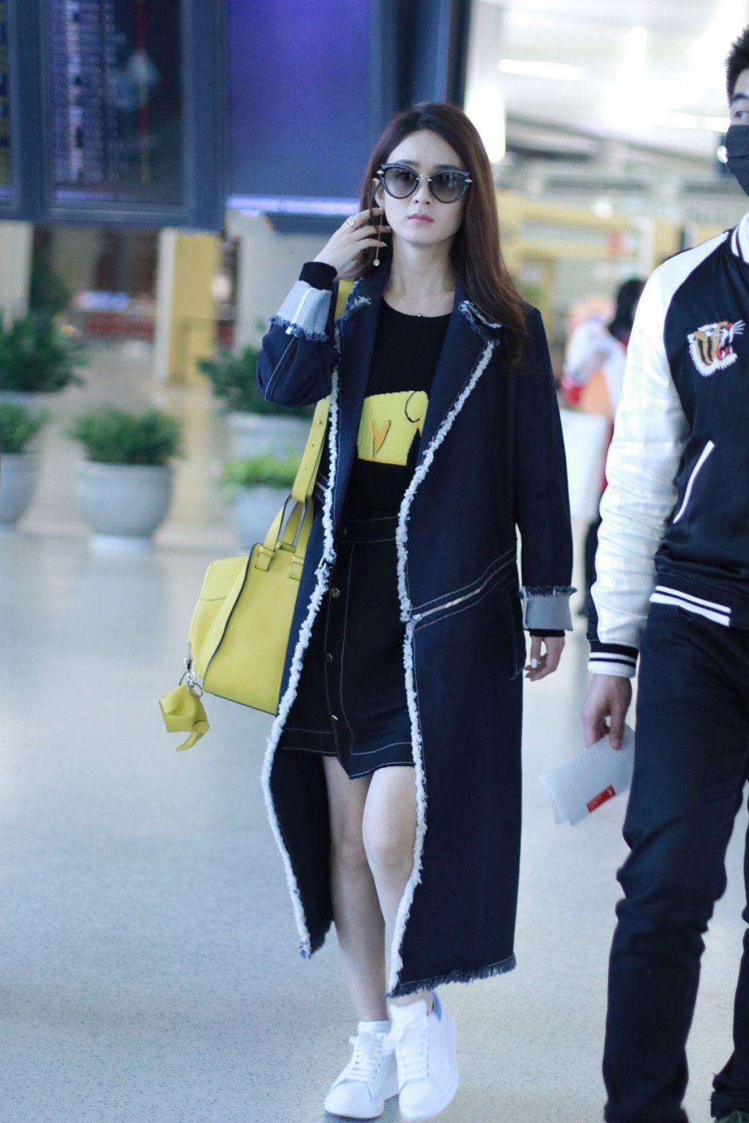 赵丽颖过膝外套现身机场,网友:看着长高10公分