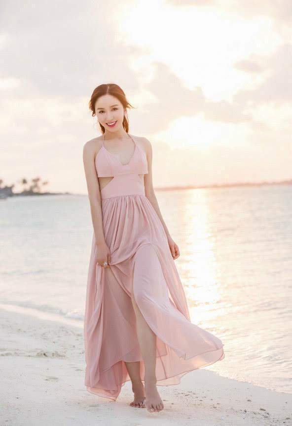 娄艺潇拼了!穿薄纱裙在沙滩上凹造型,网友:胡一菲你变了