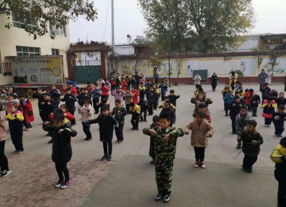 邢台市星创孵化基地走进市尚德小学捐献爱心图书