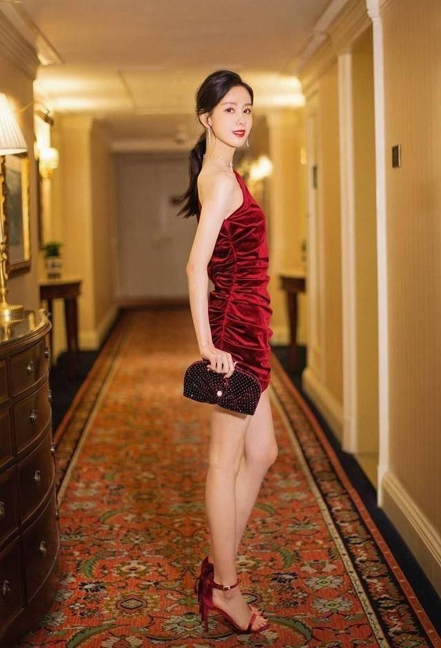 陈都灵穿出了富婆既视感,天鹅绒酒红裙,肤色黑点都不能穿