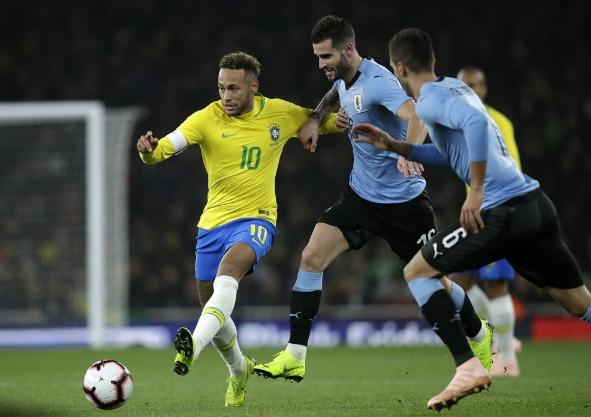 内马尔进球被吹 巴西半场暂时0