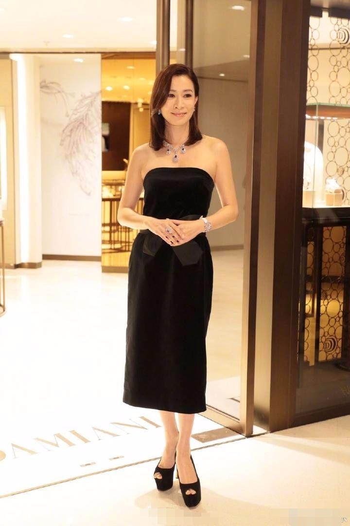 佘诗曼黑丝绸裙穿身上,腰细腿长身材好,就是台阶鞋看着太吓人!