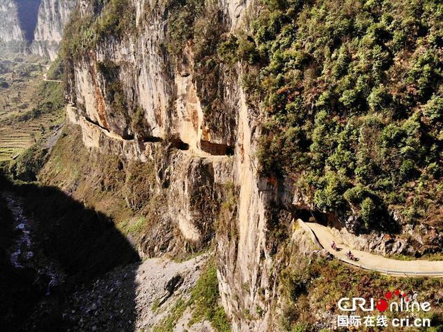 贵州毕节地区纳雍县_经过两年建设 贵州赫章悬崖上凿出挂壁公路 _石板河村