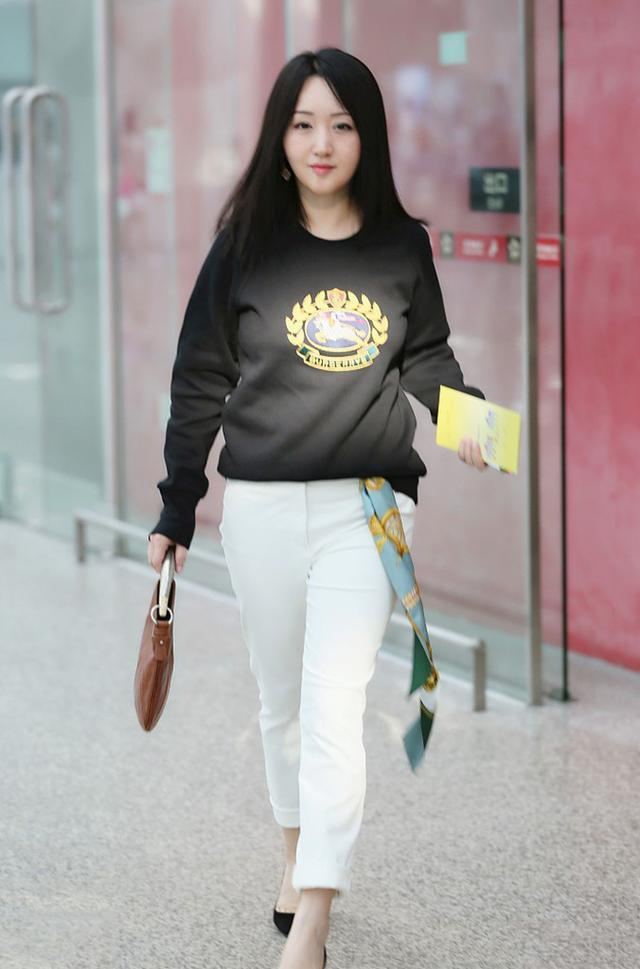 """杨钰莹太会""""装"""",卫衣配白裤年轻30岁,老阿姨的年纪小姐姐的脸"""