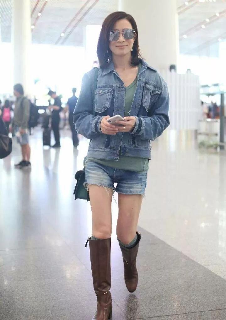 佘诗曼真是怪!上半身秋天下半身夏天,把袜子露出来了好尴尬!