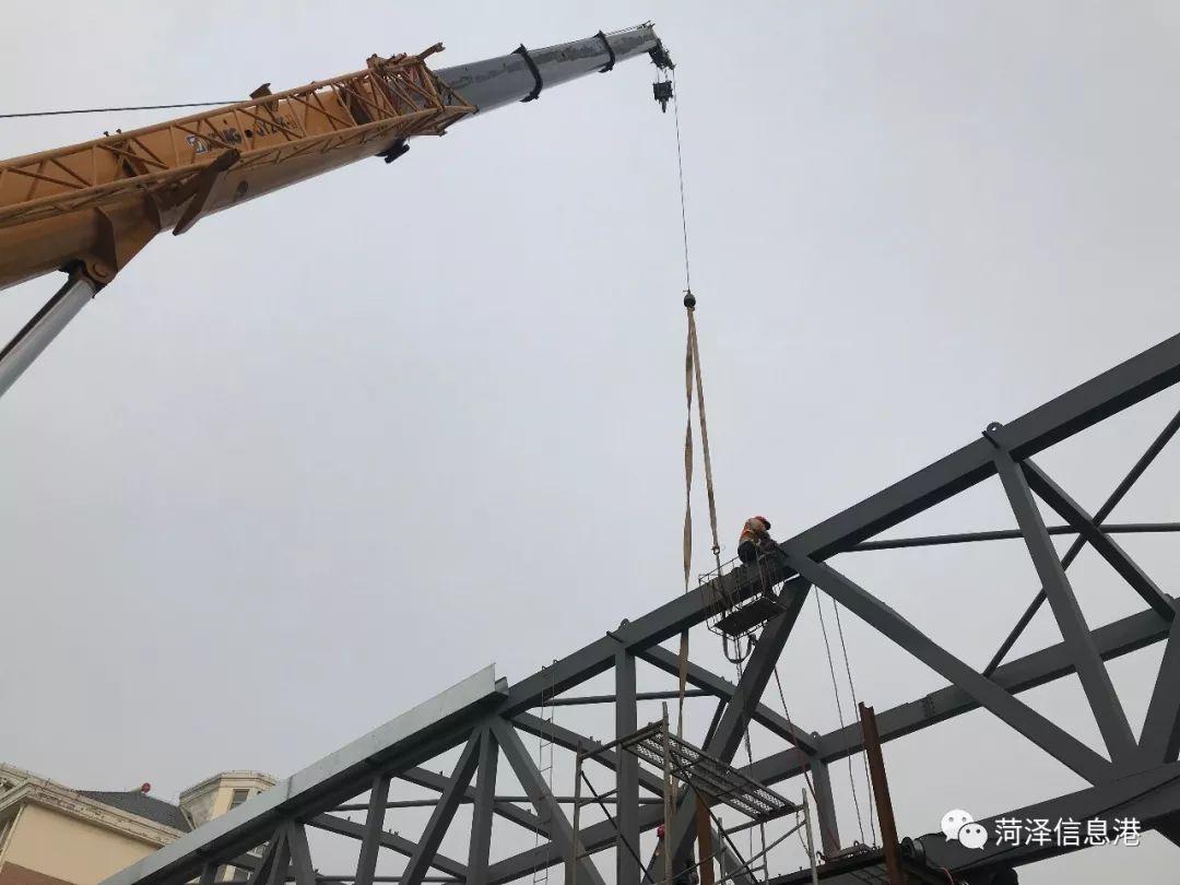 河南天桥重型_警法 正文  2018年11月17日晚,一辆载有过街天桥结构框架的重型货车在