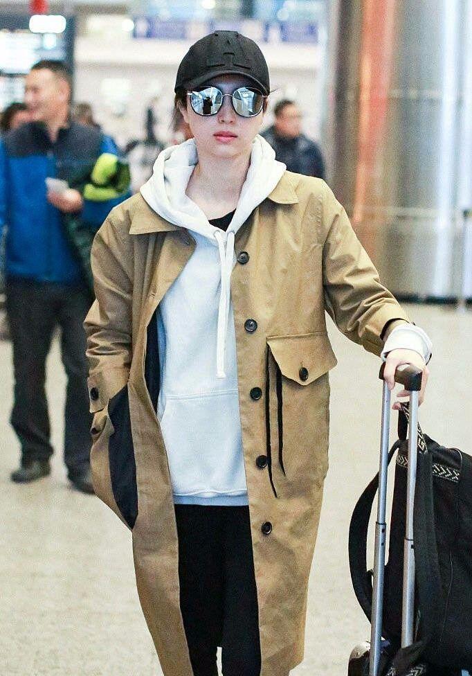 董璇不愧是娱乐圈的时尚标杆,风衣搭配卫衣居然很时髦!