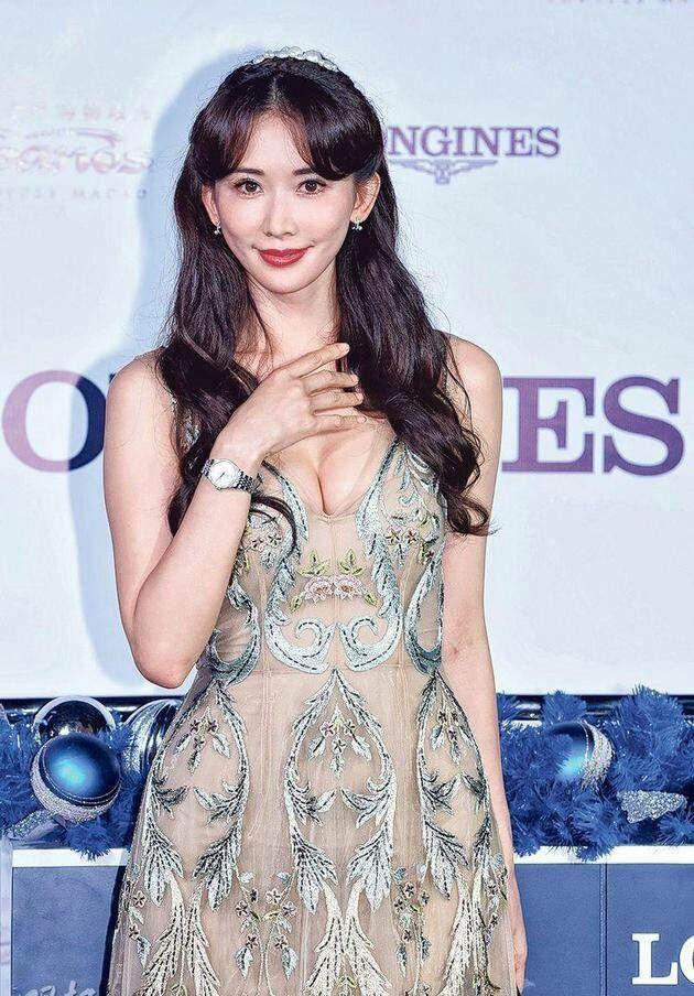 林志玲衣服都快被挤破了,裙子还透视美的发光!