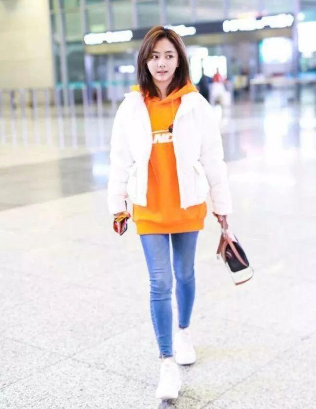 冬天想时髦的看谭松韵,卫衣和羽绒服搭配美翻了!