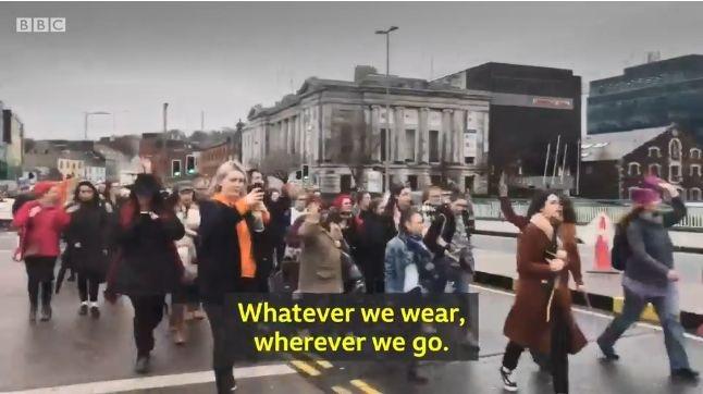美女穿丁字裤就能被强奸?爱尔兰妹子们炸了,直接晒内裤照 抗议 ..._图1-23