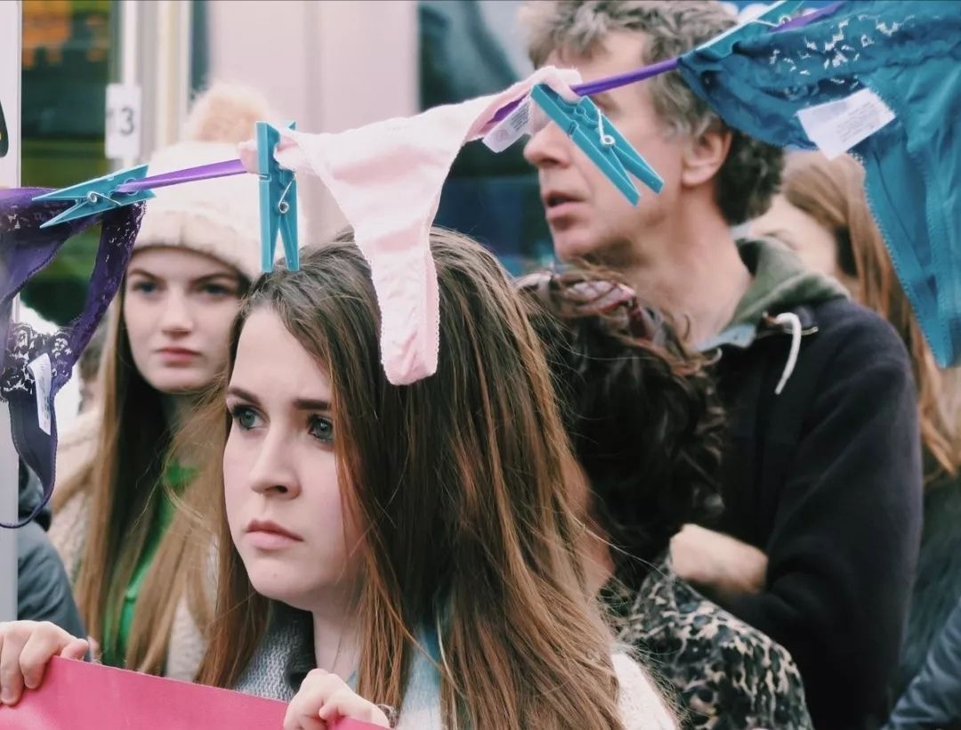 美女穿丁字裤就能被强奸?爱尔兰妹子们炸了,直接晒内裤照 抗议 ..._图1-18