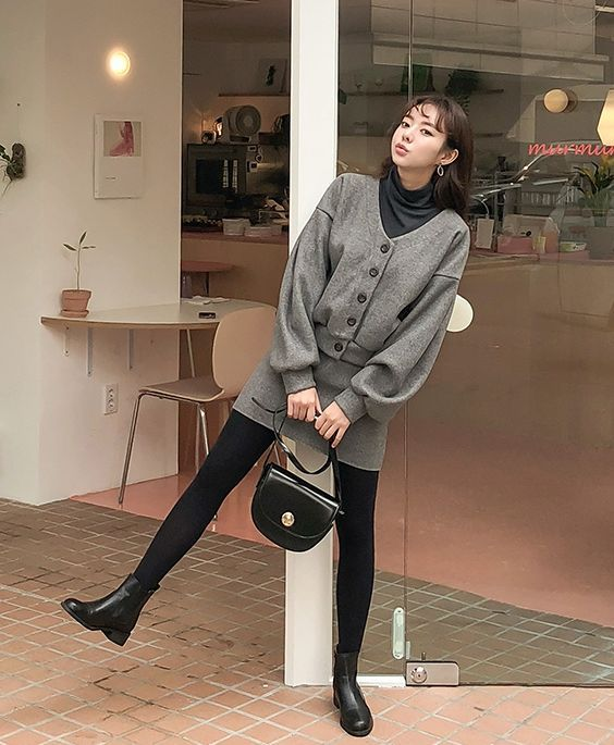 丝袜骚穴小�_颜色是简单的灰色,和丝袜搭配适合上班 也适合周末和欧巴约会!