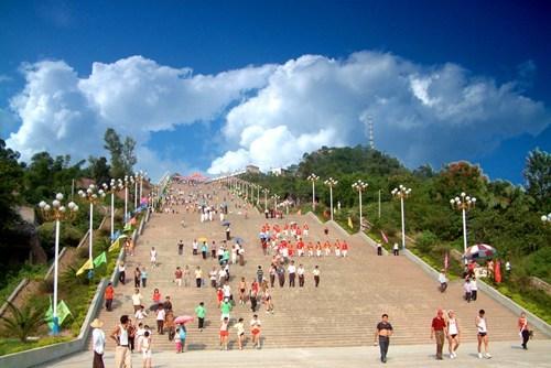 """世界最长的""""人字登云梯"""",位于城市正中央,敢挑战吗?"""