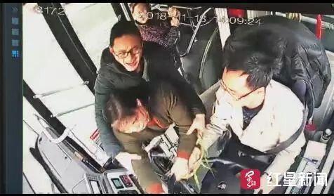 又!公交离站后要下车,中年妇女突然抢夺方向盘…