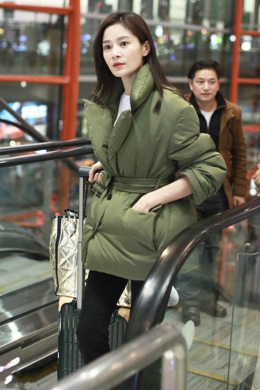 纯妃王媛可绿色棉衣现身机场,网友:皮肤白皙水嫩,惊现牛奶肌!