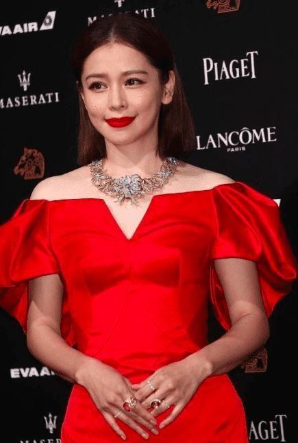 43岁徐若瑄笑容僵硬,红裙现身金马奖,无人能识!