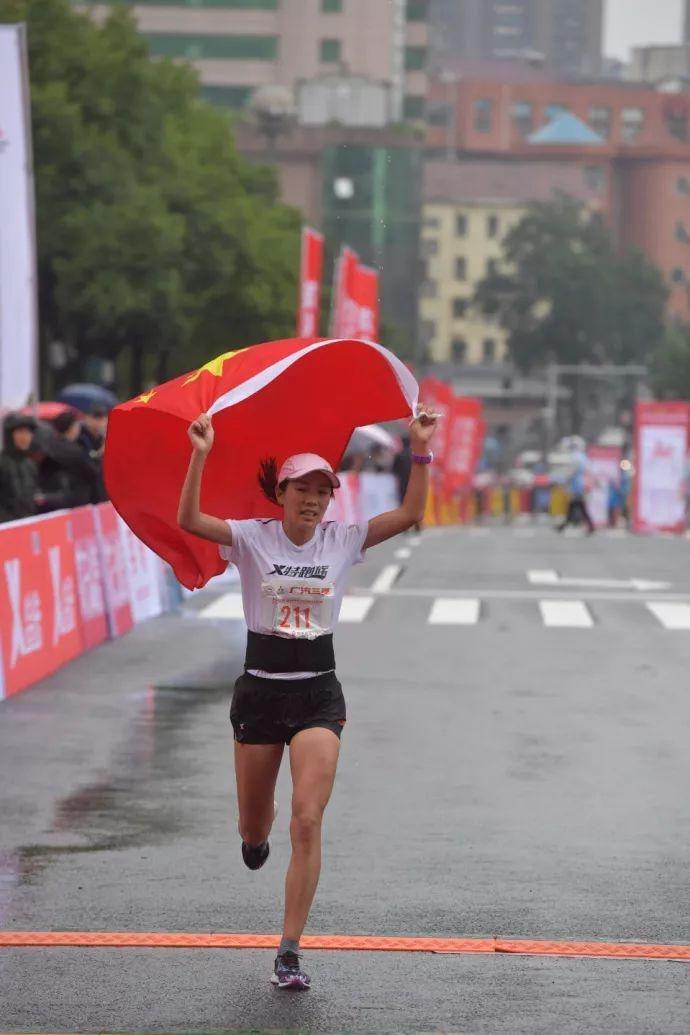 中国马拉松选手冲刺,却被志愿者干扰!遗憾痛失冠军!