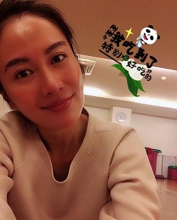 葉璇和新男友大秀恩周末在家打牌,拒不履行法院判決不能外出遊玩