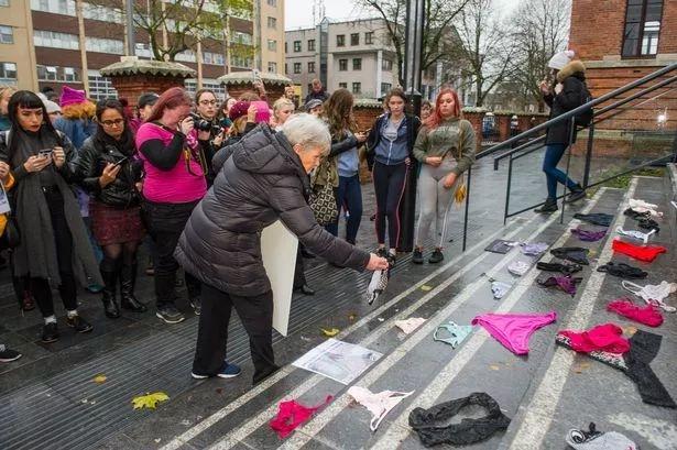 美女穿丁字裤就能被强奸?爱尔兰妹子们炸了,直接晒内裤照 抗议 ..._图1-22