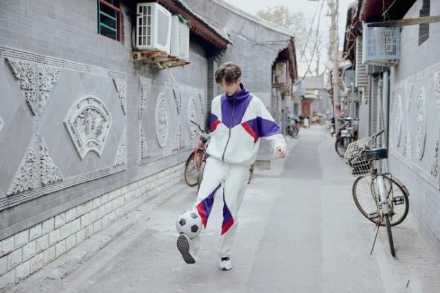 吴磊仿佛漫画少年鹿晗踢球造型好帅全靠这种复古运动服!