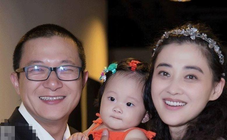 43岁梅婷2婚被老公宠成宝,素颜近照气场十足,三色裤子抢眼!