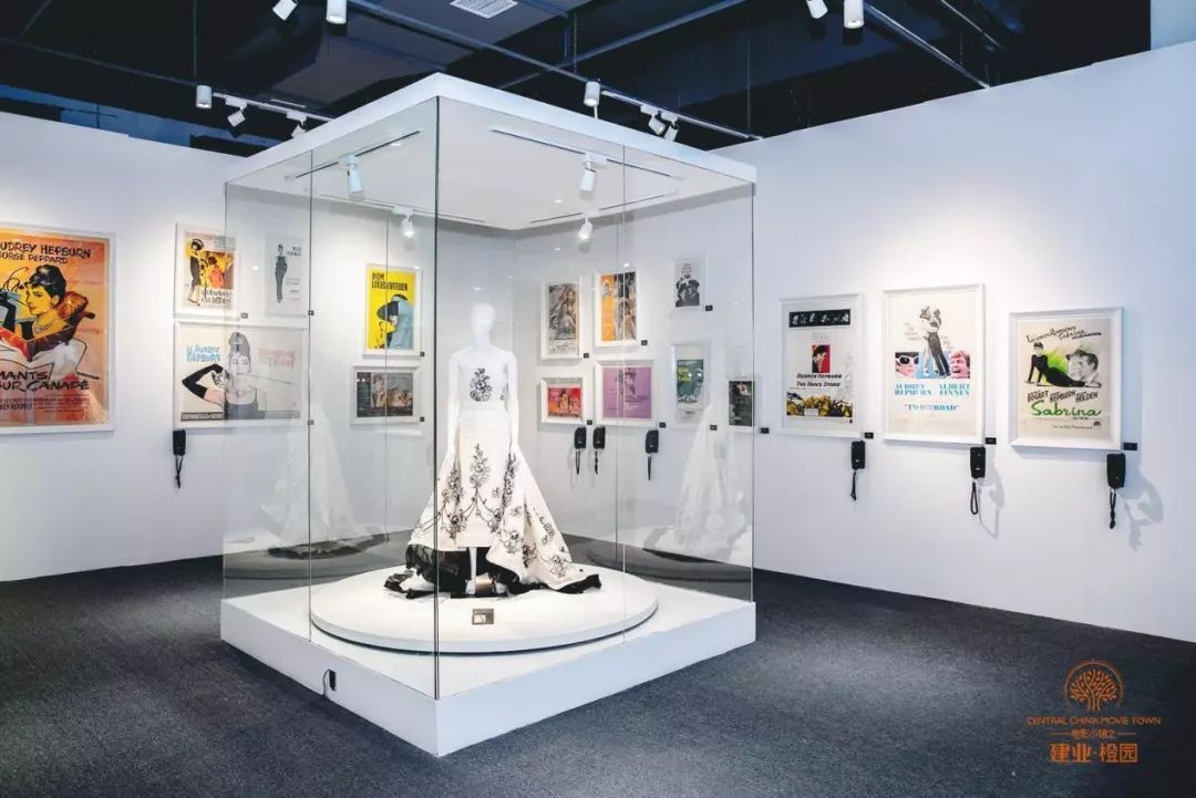 精美橱窗和法式风情的场景中 寻找当时最年轻的时装设计师——纪梵希图片
