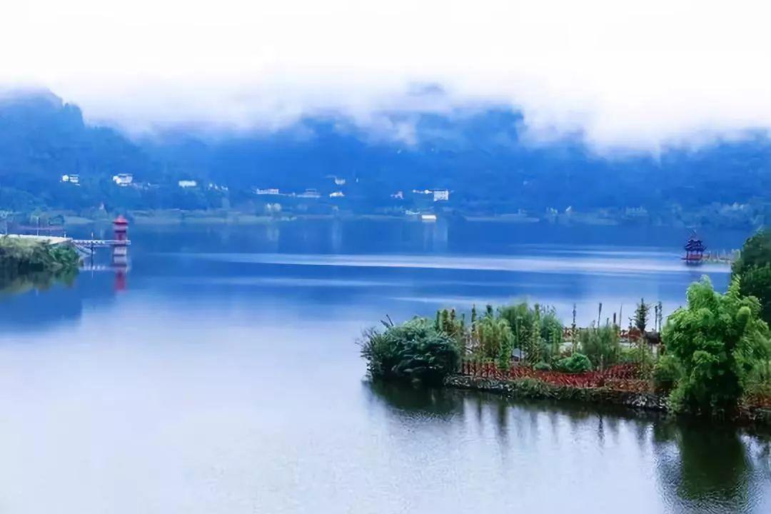 蒼溪縣白鷺湖 景區內優美的山水田園風光與閬中、劍門關底蘊深厚的人文景觀形成互補。景區建設以山水林田湖綜合治理為手段,體現了修復水生態,保護水環境,維護水工程,營造水景觀,弘揚水文化等功能,營造了以白鷺湖為核心,山水林田相依,自然人文相融的獨具田園風光的生態景區。