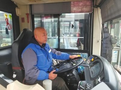 成都五星级驾驶员 开公交十多年从未发生事故 会三种语言