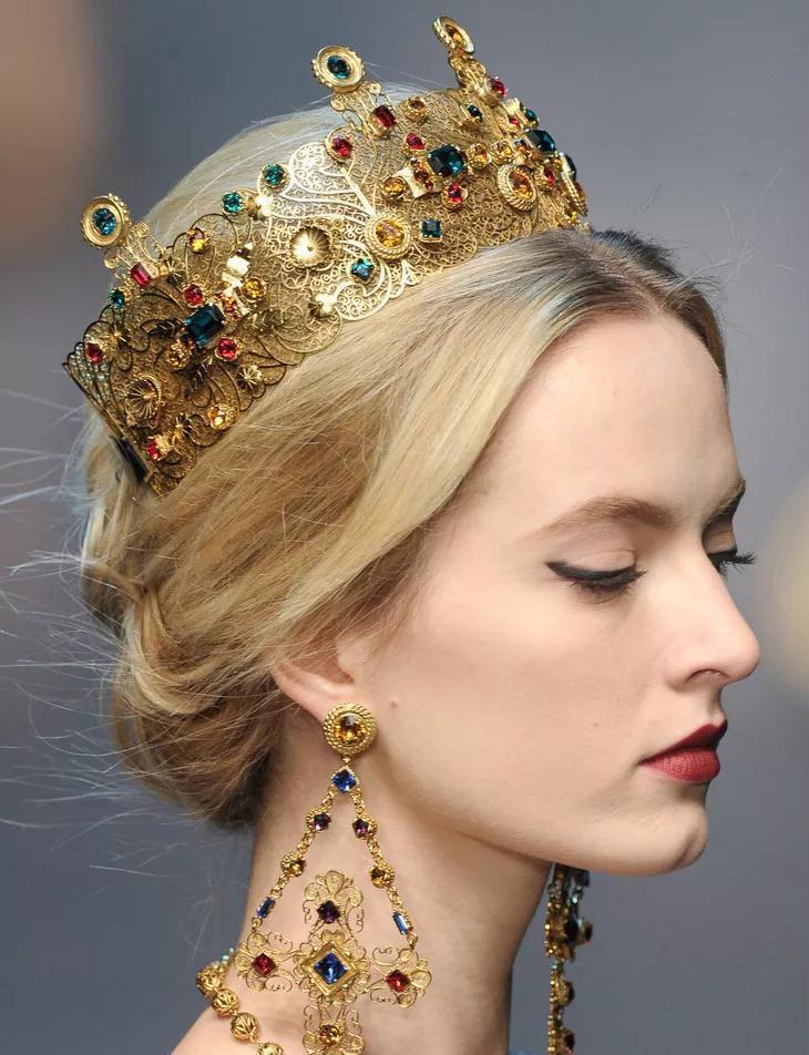 这位超模头戴王冠走秀成经典的封仙之作!