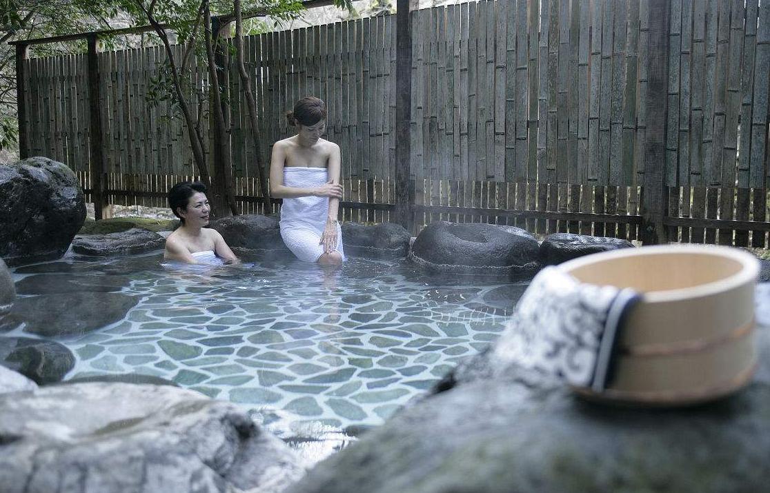 中國游客在日本泡溫泉帶手機,日本人特別反感!