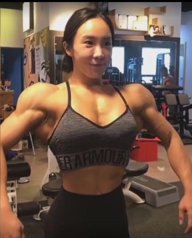 """长相清秀的健身姑娘把自己胸肌练到""""拉丝"""" 网友:线条比男人硬"""