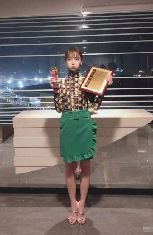 吴谨言穿了一条绿围裙上台领奖,太激动衣服都没换吧?