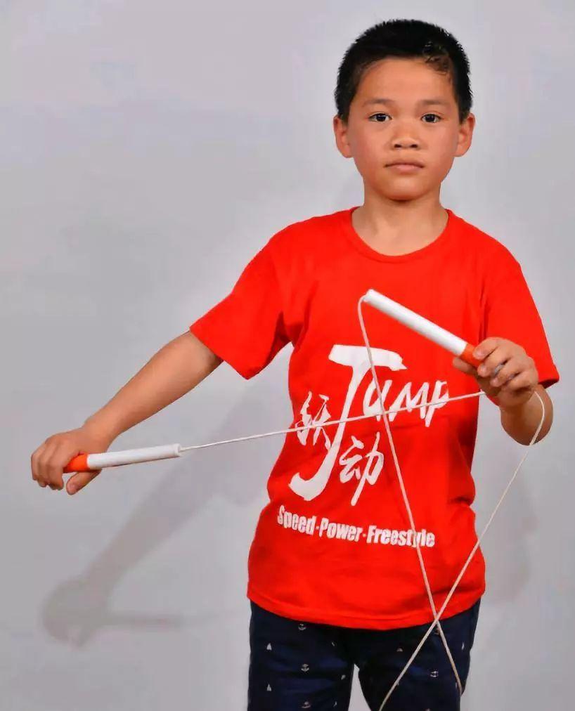 13岁少年打破跳绳世界纪录,1秒钟跳9次!图片